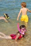 Enfants naviguant au schnorchel à la plage Images libres de droits