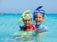 Enfants naviguant au schnorchel photographie stock libre de droits