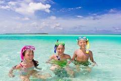 Enfants naviguant au schnorchel en mer Images libres de droits