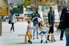 Enfants non identifiés buvant du jus dans l'espace d'art du festival amical de nourriture de rue de famille Photo stock