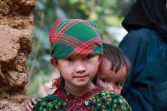 Enfants non identifiés dans le secteur montagneux de Dong Van Image libre de droits