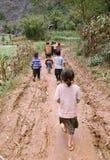 Enfants non identifiés dans le secteur montagneux de Dong Van Images libres de droits
