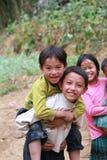 Enfants non identifiés dans le secteur montagneux de Dong Van Photos libres de droits