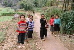 Enfants non identifiés dans le secteur montagneux de Dong Van Image stock