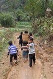 Enfants non identifiés dans le secteur montagneux de Dong Van Images stock