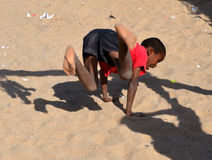 Enfants non identifiés vivant dans le taudis de Mondesa Image libre de droits