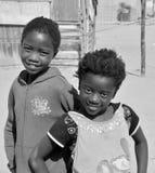 Enfants non identifiés vivant dans le taudis de Mondesa Photo libre de droits