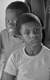 Enfants non identifiés vivant dans le taudis de Mondesa Images libres de droits