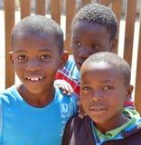 Enfants non identifiés vivant dans le taudis de Mondesa Photos libres de droits