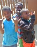 Enfants non identifiés vivant dans le taudis de Mondesa Photographie stock libre de droits