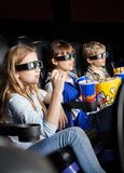 Enfants observant le film 3D dans le théâtre Image stock
