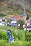 Enfants observant le village de l'Allemagne de vue avec la vieille église Images libres de droits