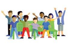 Enfants ondulant sur un banc de jardin ou de parc Image libre de droits