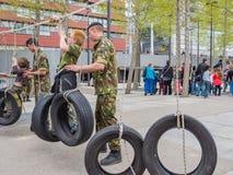 Enfants organisant le parcours militaire du combattant Image stock