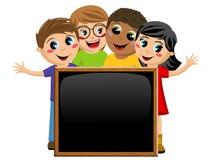 Enfants ou enfants multiculturels derrière le tableau vide de tableau noir d'isolement illustration de vecteur