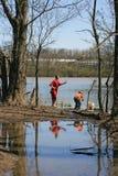 enfants pêchant dans un lac Images stock