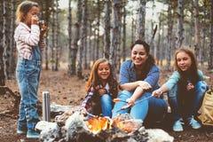 Enfants par le feu dans la forêt d'automne Photos libres de droits