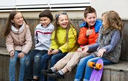 Enfants partageant des secrets comme parlant Photographie stock