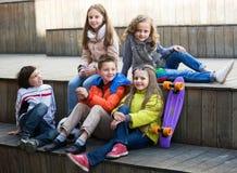Enfants partageant des secrets comme parlant Image stock
