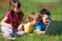 Enfants partageant l'ordinateur portatif Image libre de droits