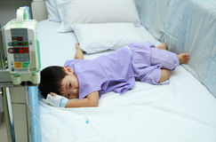 Enfants patients dans le lit d'hôpital Photographie stock