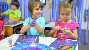 Enfants peignant au jardin d'enfants banque de vidéos