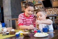 Enfants peignant des oeufs de pâques Image libre de droits