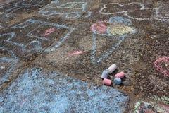 Enfants peinture, dessinant avec la craie Images stock