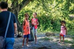 Enfants philippins prenant le bâti proche Pinatubo de déchets le 27 août images libres de droits