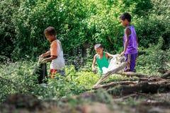 Enfants philippins prenant le bâti proche Pinatubo de déchets le 27 août images stock