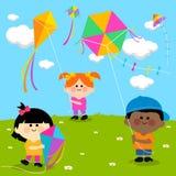 Enfants pilotant des cerfs-volants Photographie stock