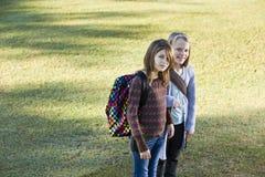 Enfants portant des sacs à dos à l'extérieur Photographie stock libre de droits