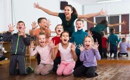 Enfants posant à la classe de danse photo stock