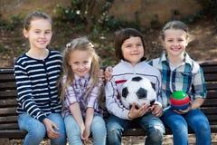Enfants posant ainsi que la boule photo stock