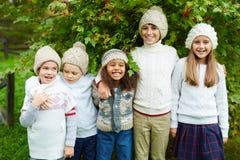 Enfants posant dehors Photo libre de droits