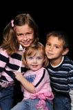 Enfants posant ensemble Photos libres de droits
