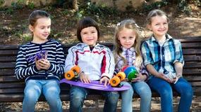 Enfants positifs posant ensemble extérieur Photographie stock libre de droits