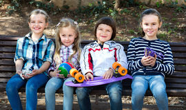 Enfants positifs posant ensemble extérieur Photos stock