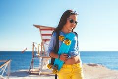 Enfants pré de l'adolescence avec des planches à roulettes Images libres de droits