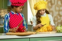 Enfants préparant la nourriture Photo stock
