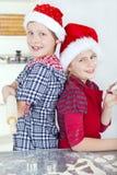 Enfants préparant le gâteau de Noël Images libres de droits