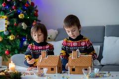 Enfants préscolaires adorables, frères de garçon, décorant le gingerbrea Image stock