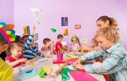 Enfants préscolaires créatifs avec le professeur Photographie stock libre de droits