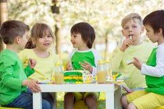 Enfants préscolaires doux heureux, célébrant le cinquième anniversaire du Cu Photo libre de droits