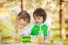 Enfants préscolaires doux heureux, célébrant le cinquième anniversaire du Cu Photos stock