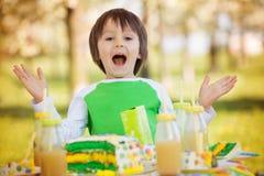 Enfants préscolaires doux heureux, célébrant le cinquième anniversaire du Cu Image stock