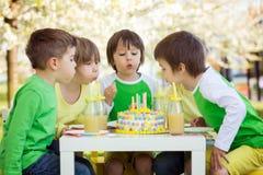 Enfants préscolaires doux heureux, célébrant le cinquième anniversaire du Cu Images stock