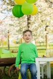 Enfants préscolaires doux heureux, célébrant le cinquième anniversaire du Cu Photos libres de droits
