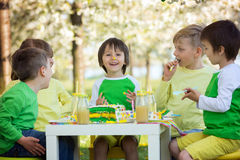 Enfants préscolaires doux heureux, célébrant le cinquième anniversaire du Cu Photographie stock