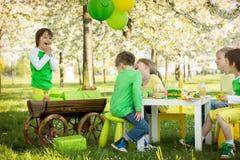 Enfants préscolaires doux heureux, célébrant le cinquième anniversaire du Cu Image libre de droits
